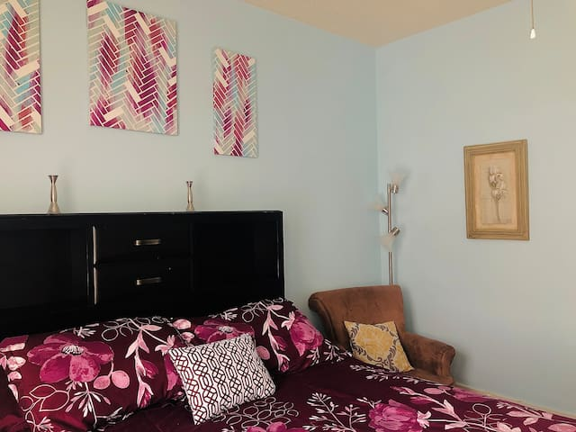 Private Queen Bedroom shared bath $10.00 cleaning