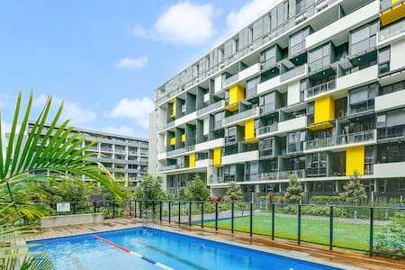 Resort-style living one stop from Central station - Zetland
