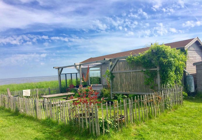 Topview over Waddenzee vanuit retro-ingerichte hut