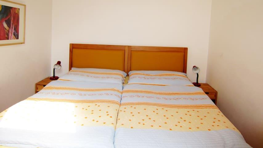 Großes Doppelbett (180 cm breit)