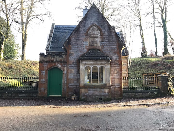 Quirky gatehouse in quiet spot close to river