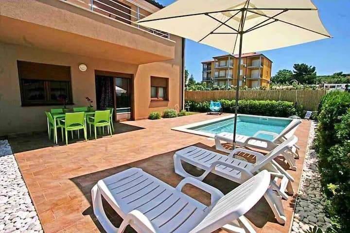 Apartment with private pool near the beach