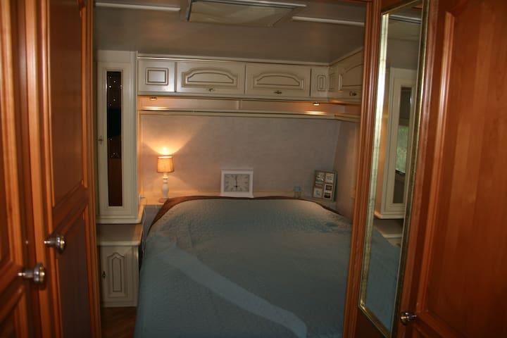 bed  1 (160 x 200)  met schuifdeuren