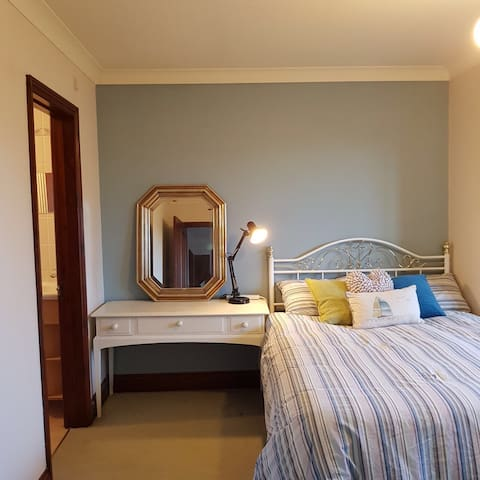 Cosy Double Room With Ensuite in Private Lane