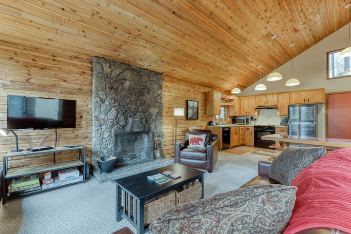 Premium Cleaned   Relaxing dog-friendly home w/shared pool & hot tub, plus other resort amenities!