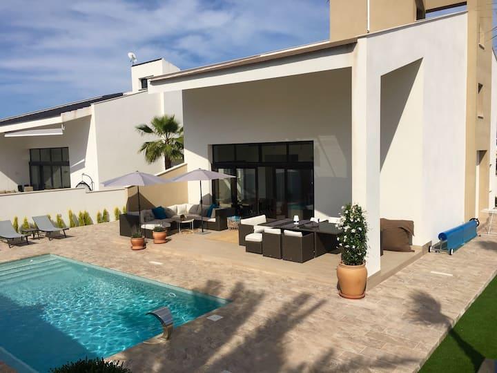 Luxurious new house, 10 min. walk to the beach!