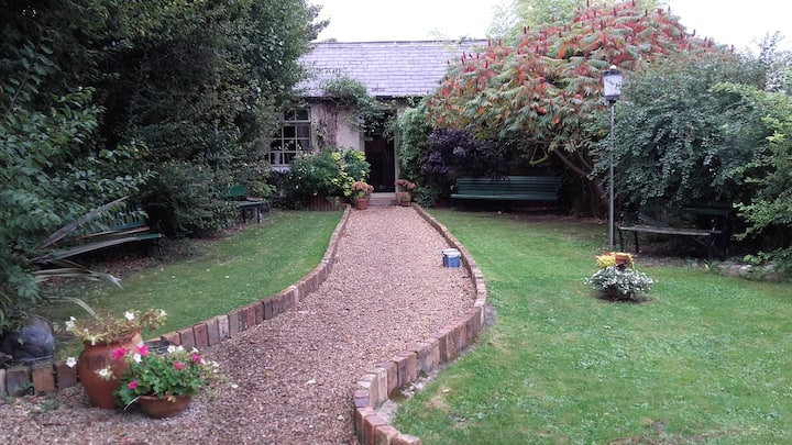 Country Cottage oasis 20mins from the city!