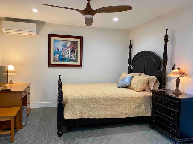 Guest suite: private entrance/bath/fridge/Coffee