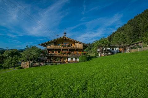 Tiroler Bauernhaus mit Panoramablick