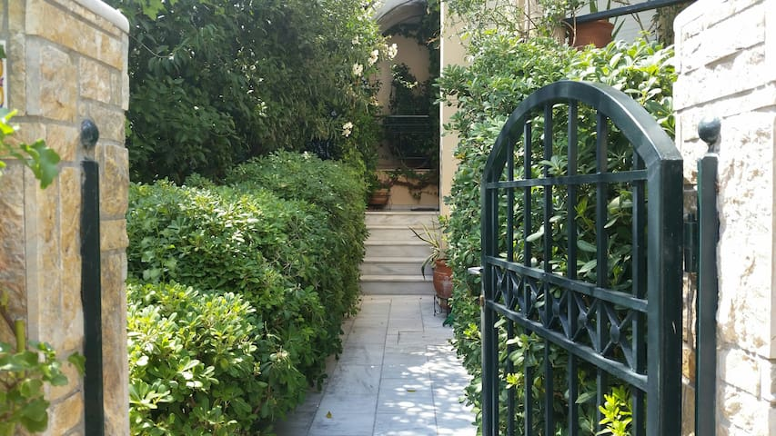Cozy with private garden ! .. Vrilissia/Chalandri - Athene - Appartement