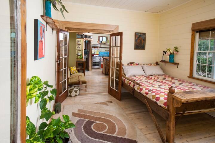 Vera's Apartment - Creative. Quirky. SUPER Clean!