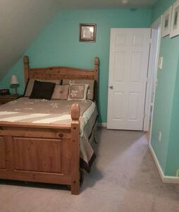 Private Room with queen size bed and full bath - Bristol - Dom