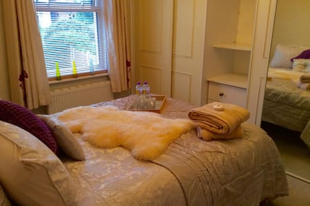 Cosy double room in Victorian House - Poole