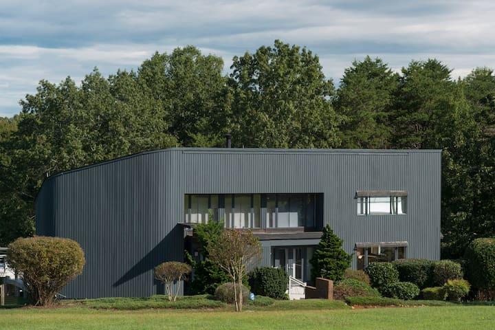 Modern Home w/views of NC mountains, close toTIEC