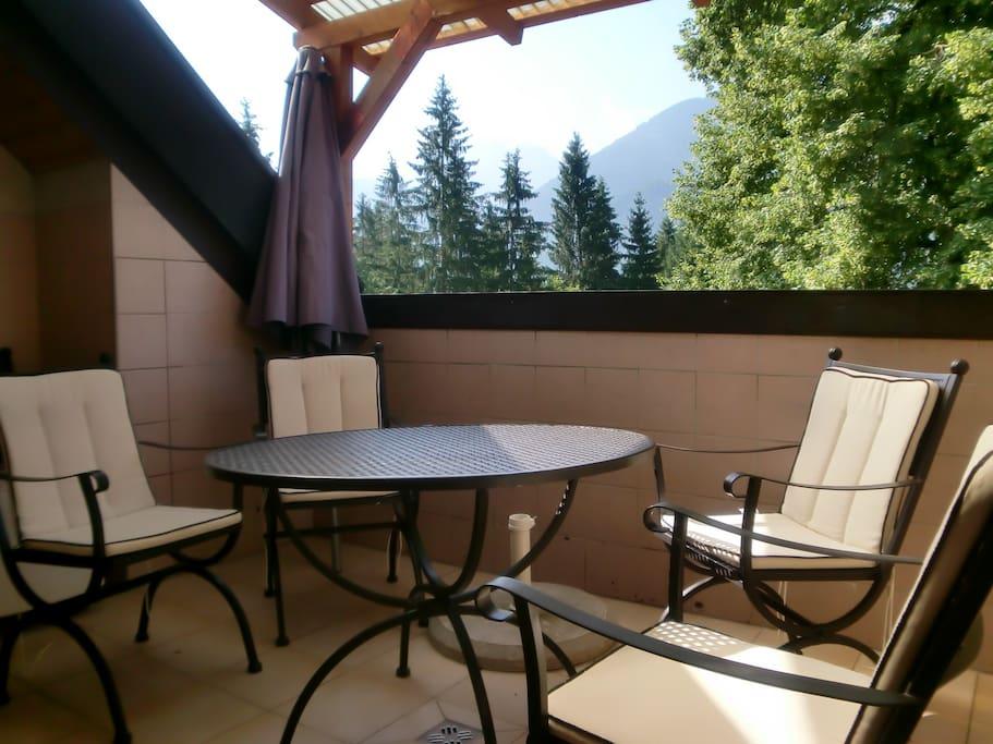 Dachterrase (Loggia) mit klassischen Gartenmöbeln