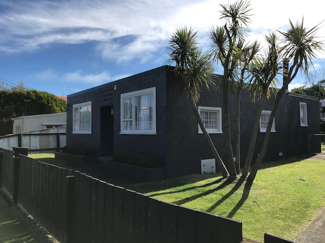 The Silver Fox - Art Deco Kiwi Bach