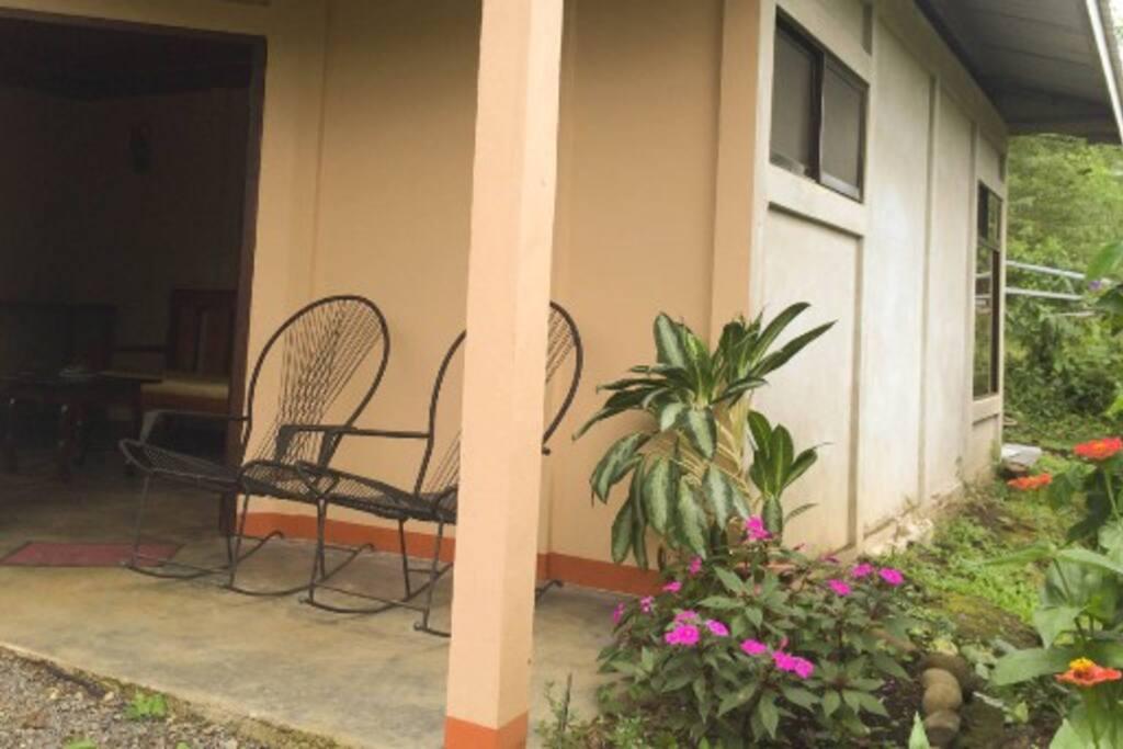 Enjoy the rocking chairs on the porch while watching the tropical birds. / Disfrute de las sillas mecedoras en la terraza mientras observa las aves tropicales.