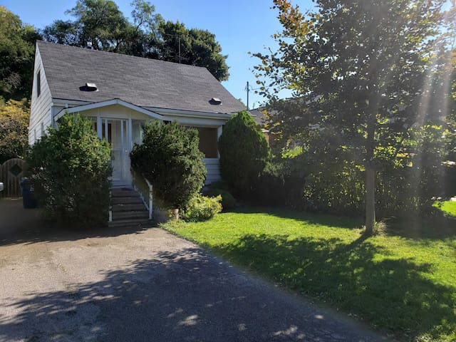 Entire detached house 5 min from beach and bluffs