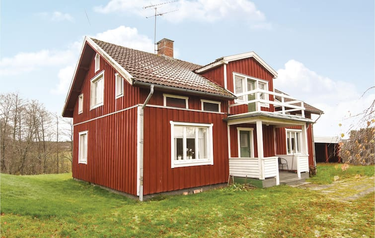 Holiday cottage with 4 bedrooms on 112 m² in Lyrestad
