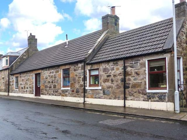 THE HAMELY HOOSE, pet friendly, with open fire in Buckie, Ref 934581