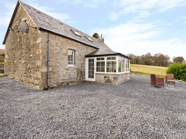 TOMBAN COTTAGE, pet friendly in Blair Atholl, Ref 989879
