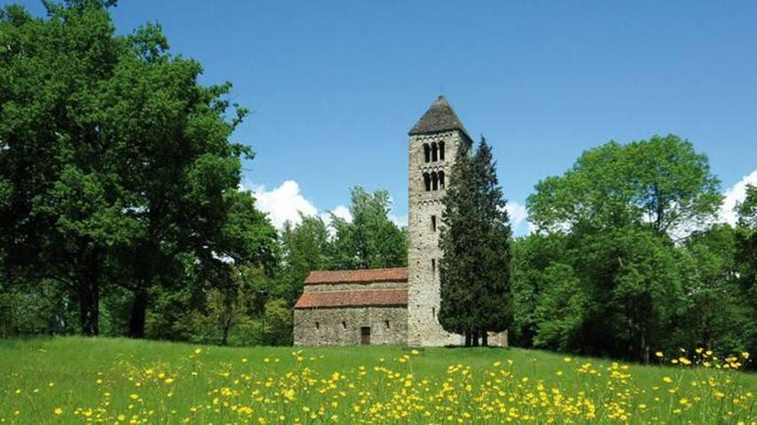 L'affascinante chiesa Romanica di Magnano a pochi minuti, immersa nel verde