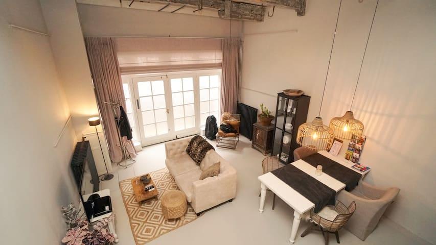 Sfeervolle woonkamer met keuken
