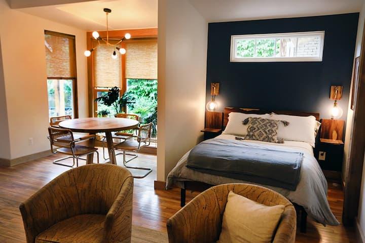 Black Cat Suites bright spacious garden suite