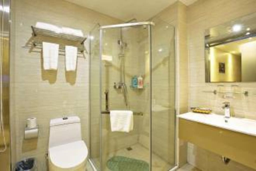 宽大的卫生间,设备齐全 24小时热水供应 洗发水,沐浴露