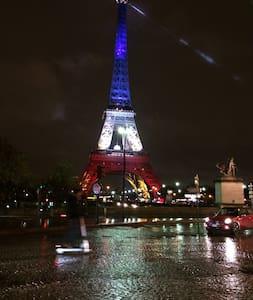 Au pieds de la tour Eiffel - París