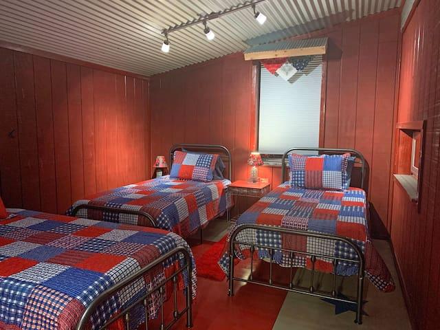 Patriotic Bunkroom ~ sleeps 4  ~ The Lazy Buffalo