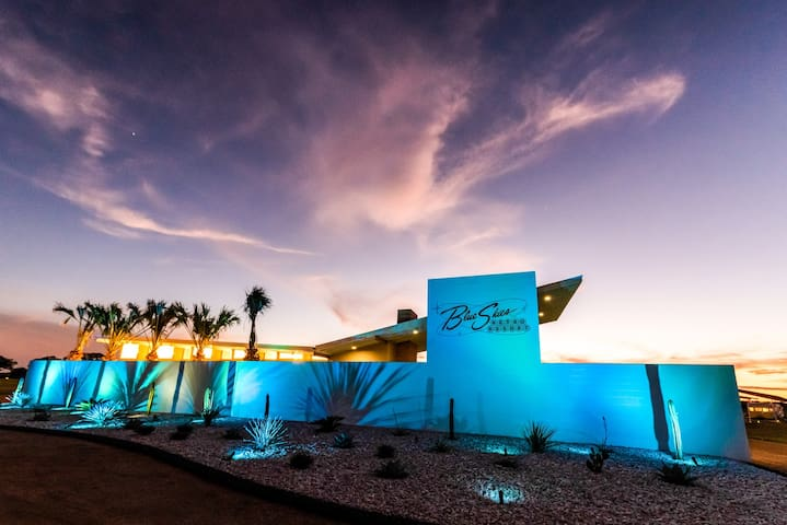 Retro resort w/ five renovated 1961 Shastas, WiFi, pool & outdoor fireplace!