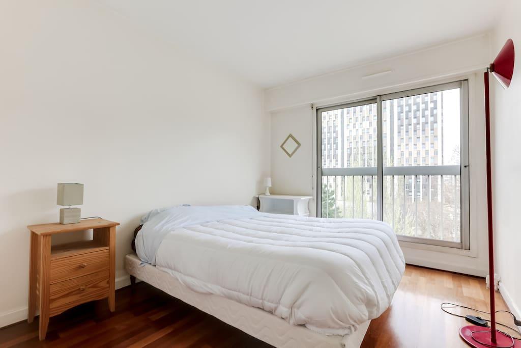 Grande chambre avec lit queen-size donnant sur la terrasse
