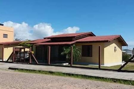Excelente casa de esquina há duas quadras do Mar