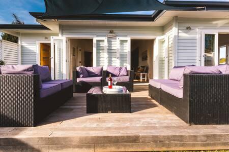 ONEROA VILLAGE, WAIHEKE ISLAND | Be My Guest