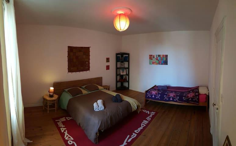 Chambre spacieuse et calme - Fontenay-le-Comte - House