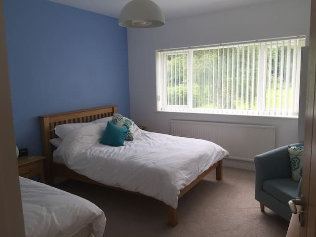 B&B Triple bedded room in family home, Cranleigh - Cranleigh - Aamiaismajoitus