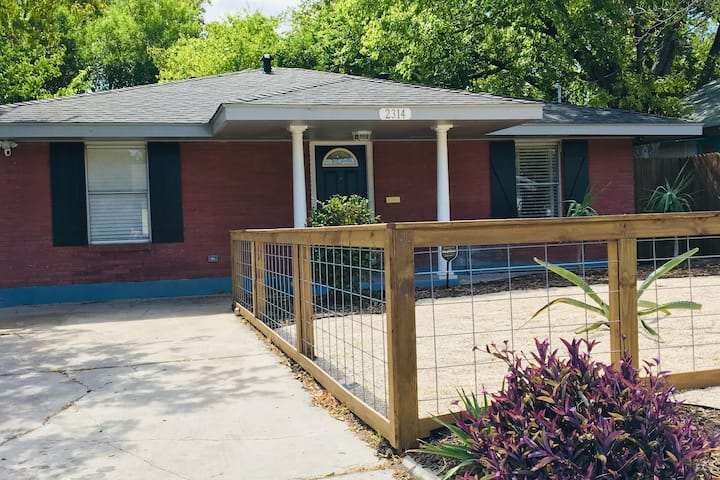BOHO House close to DOWNTOWN & AT&T Center w/patio