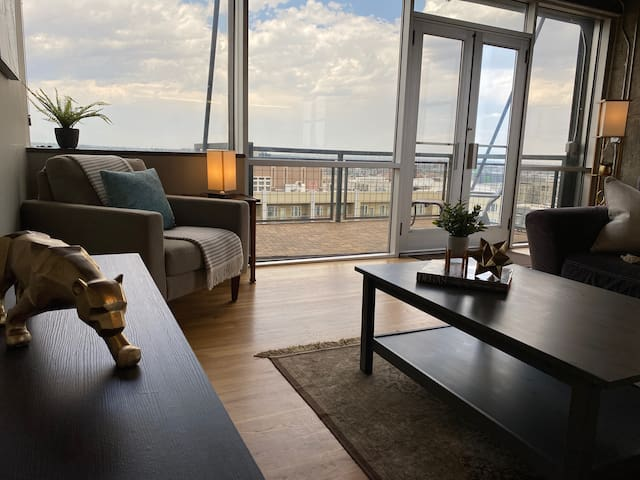 Downtown corner penthouse ★ Panoramic city/mt view