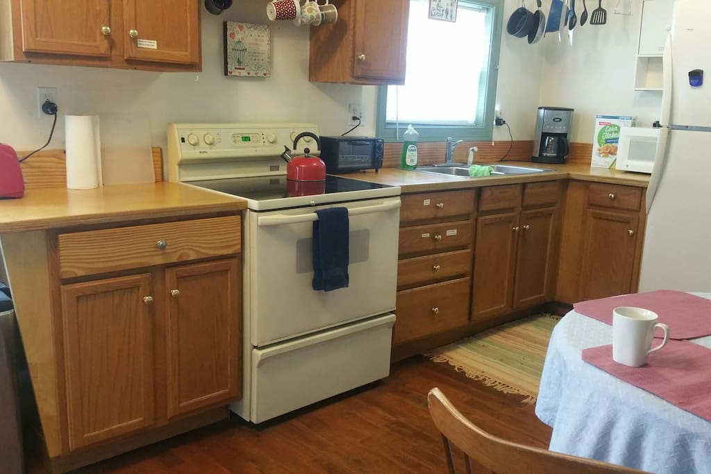 Equipped kitchen, microwave, coffee maker, tea kettle, toaster, toaster oven
