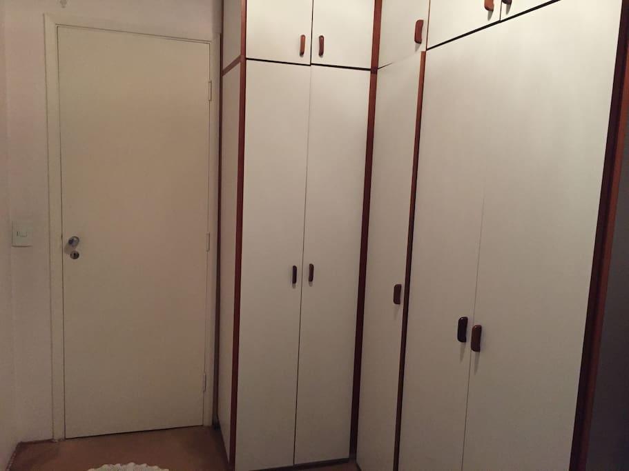 Armário disponível para pertences pessoais, com privacidade / closet available for personal stuff, with privacy.