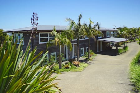 The Lodge Waiheke Island sleeps 20 - Auckland