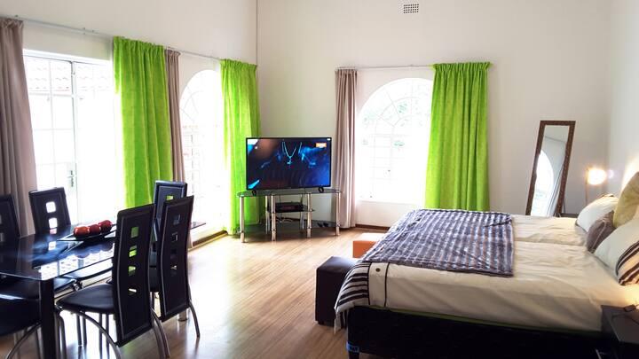 Spacious Hatfield Apartment | DSTV | WIFI | 1-3 P