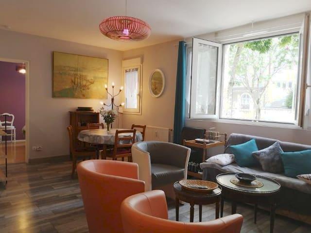 Salon salle à manger donnant sur l'avenue Bollée avec vue dégagée devant des arbres.