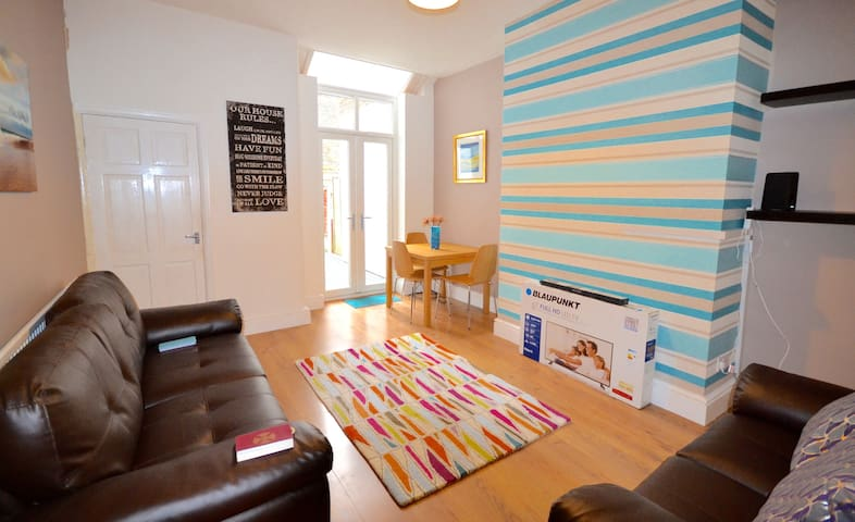 Lovely, bright, modern house for families & groups - Middleton
