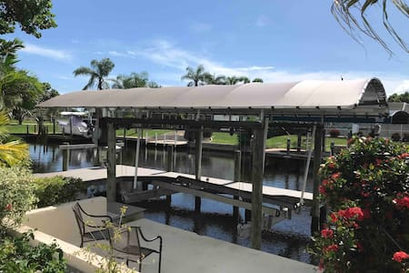 Shore Beats Work w/hot tub, large lanai, boat dock