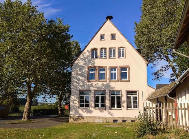 Das alte Schulhaus mit der Wiese und Terrasse für unsere Gäste - The old School House with the lawn and terrace for our guests