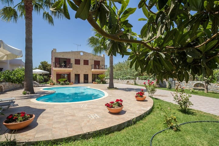 Spacious family villa with pool,close to the beach - Chania - Villa