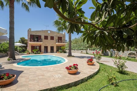 Spacious family villa with pool,close to the beach - La Canée - Villa
