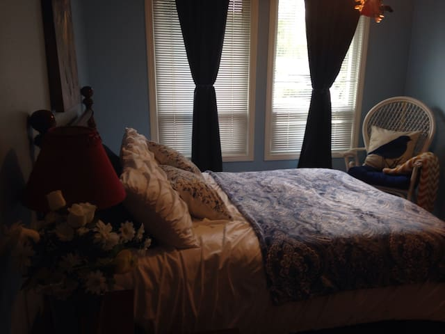 A place to rest your head, close to Airport!. $45